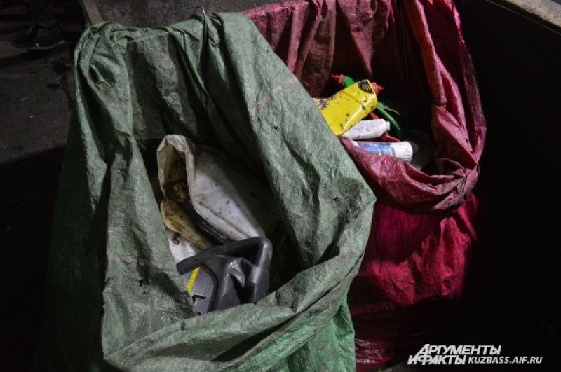 10% свозимого мусора сортируют – на заводе выбирают картон (ГОСТ и сортовой, то есть грязный), тёмную и светлую ПЭТ-булытку, стекло, чёрный и цветной металл и т.д.