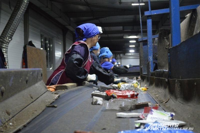Средняя зарплата сотрудников полигона 19-23 тысяч рублей. После смены их развозят по домам.