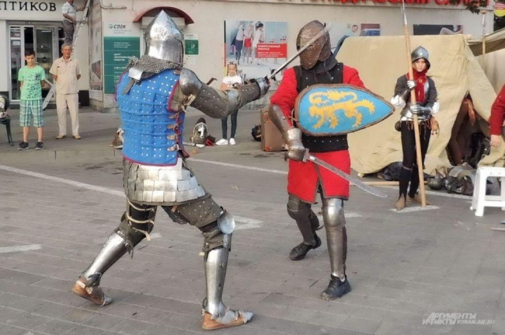 На одной из тематических площадок можно было увидеть рыцарские бои.
