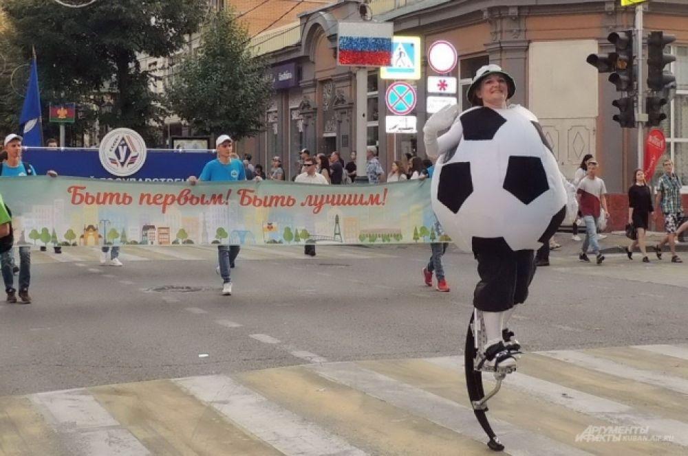 Мяч на ходулях - напоминание о приближении ЧМ-2018.