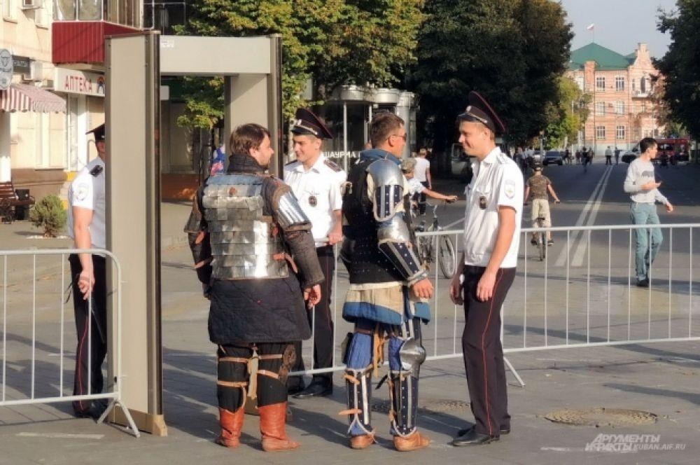 Для безопасности на всех подступах к Театральной площади были установлены детекторы металла.