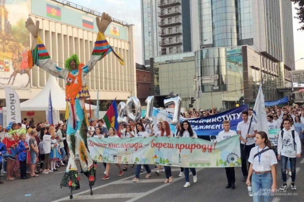 Участники шествия несли баннеры с названиями своих вузов и лозунгами.