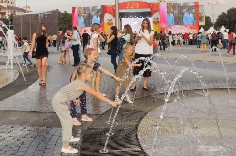 Работающие фонтаны придавали особое очарование празднику.
