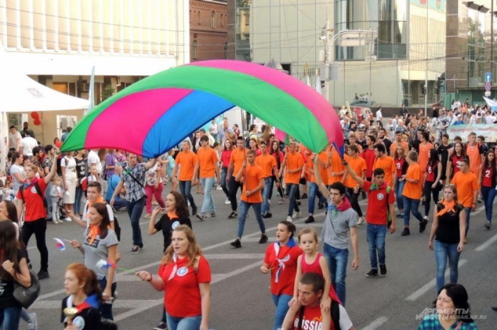 В молодежном шествии приняли участие студенты высших учебных заведений города.