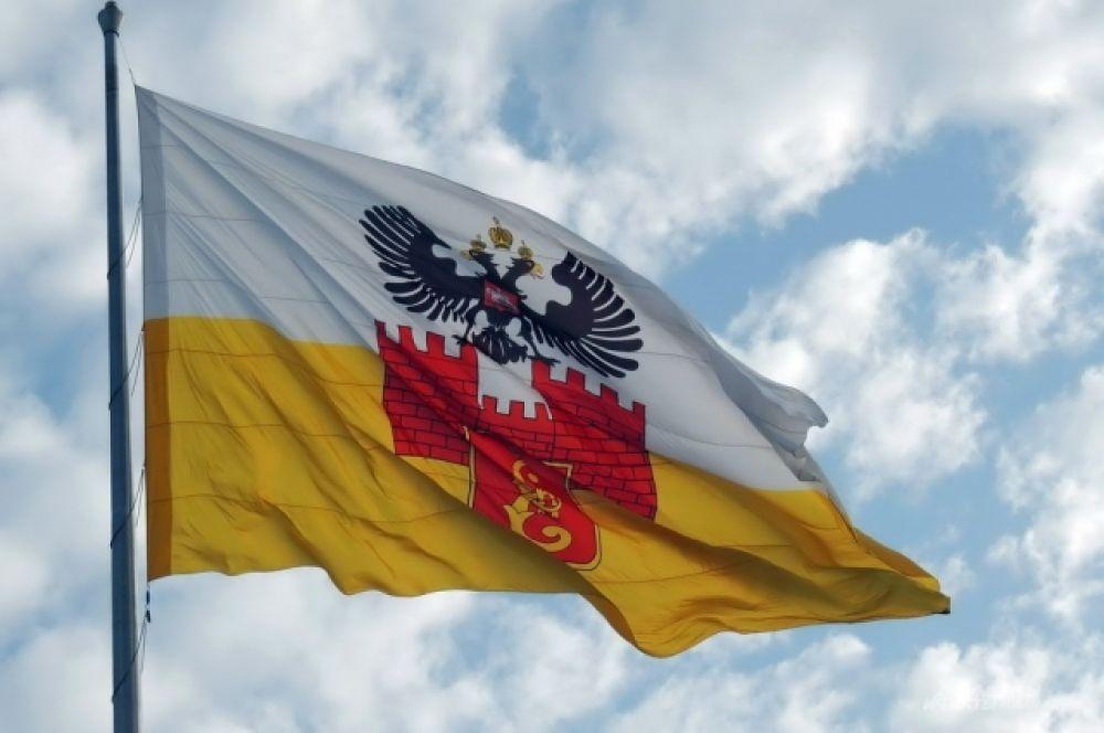 Над Театральной площадью развевался флаг Краснодара.
