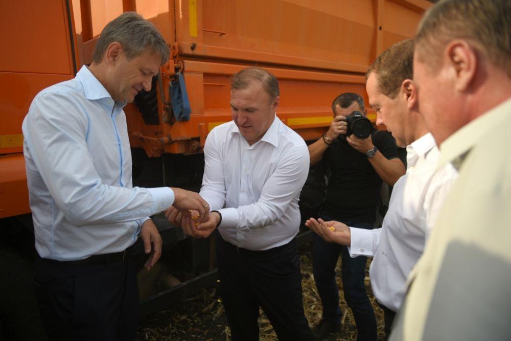Председатель правительства осмотрел образцы готовой продукции.