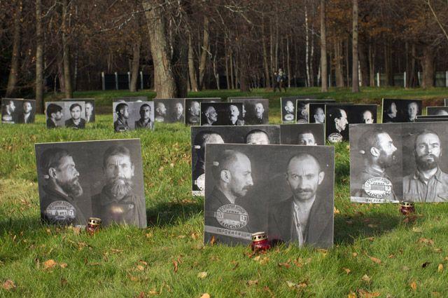 Фотографии жертв политических репрессий, на Бутовском полигоне в Москве.