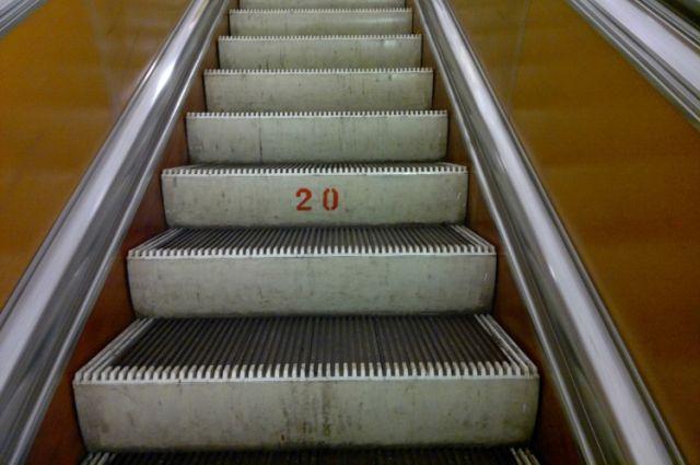 ВПетербурге закрывали «Маяковскую» из-за застрявшей между ступенями эскалатора тележки