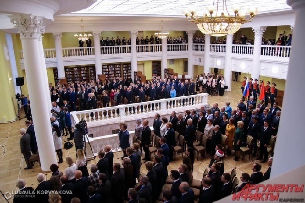 Гости встали при исполнении государственного гимна