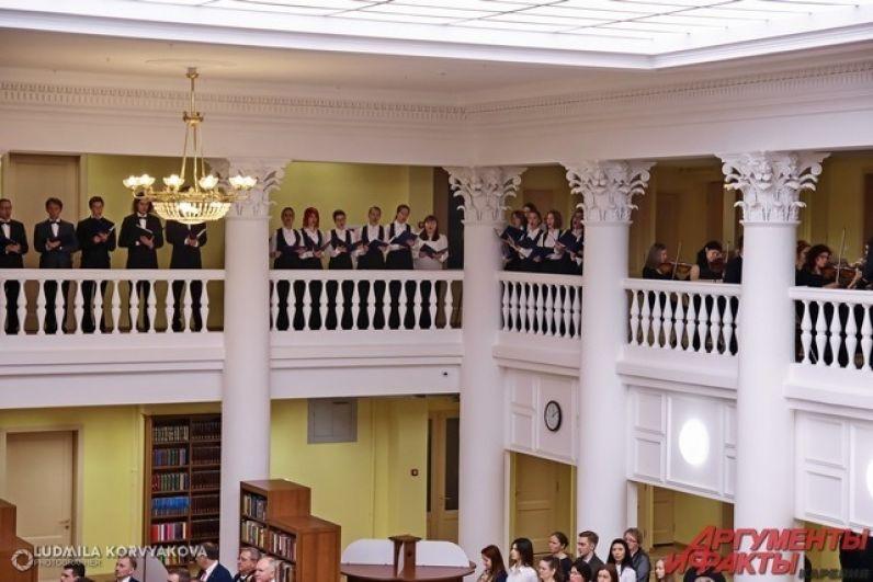 Гимн исполнил хор и музыканты, находившиеся на втором ярусе