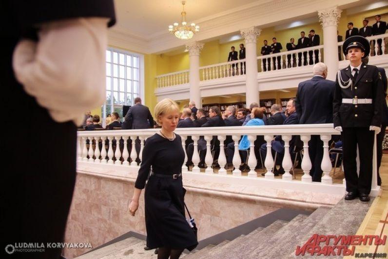 По ступенькам поднимается глава Петрозаводского городского округа Ирина Мирошник