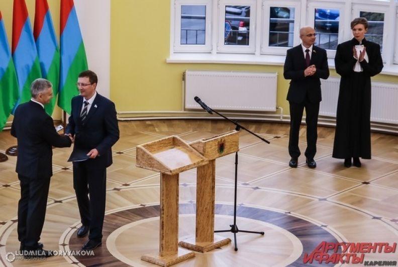 Председатель карельского ЦИК вручил Парфенчикову удостоверение губернатора
