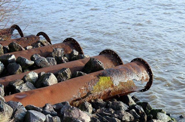 Предприятия загрязняли воду отходами.