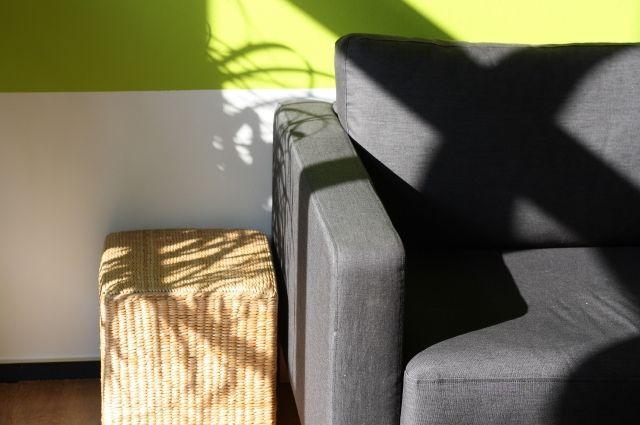 Старый диван остался у пенсионерки.