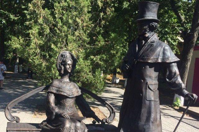 Реставраторы защитили отвандалов монумент Пушкину вБатайске