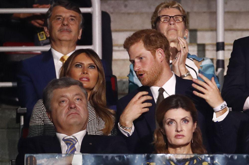 Первая леди США Меланья Трамп, британский принц Гарри, президент Украины Пётр Порошенко с супругой Марией на церемонии открытия «Игр непобеждённых» в Торонто.