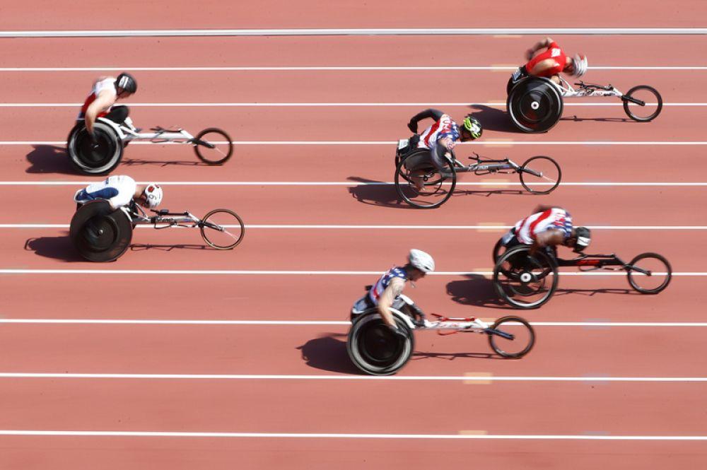 Заезд на 100 метров в инвалидных колясках среди мужчин.