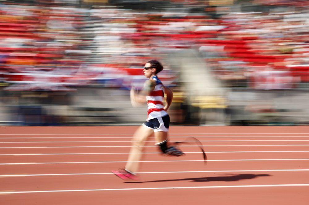 Сара Раддер (США) участвует в забеге на 100 метров среди женщин.