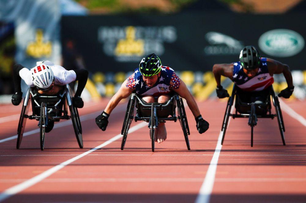 Джесси Грэхэм (CША) финиширует на дистанции 200 метров.