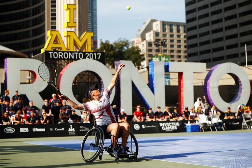 Спортсменка из Великобритании во время теннисного матча с Австралией на инвалидных колясках.