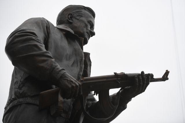 С памятника Калашникову в Москве убрали схему немецкого автомата