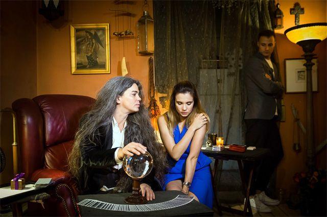 Времена героини Вупи Голдберг прошли? Нет, в новом мюзикле маги также творят чудеса. На фото слева Белинда Синклер с Галей Безрук и Павлом Лёвкиным.