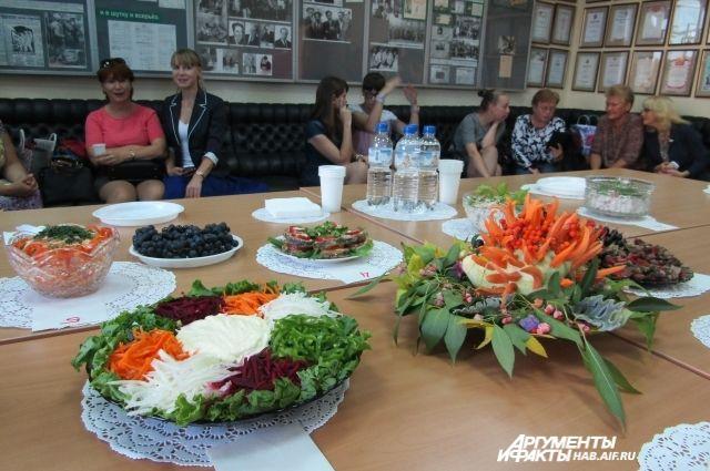 Накрытый стол дразнил красивыми аппетитными блюдами.