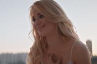 Девушка играет главную героиню в клипе на песню «На закате плачет мачо».