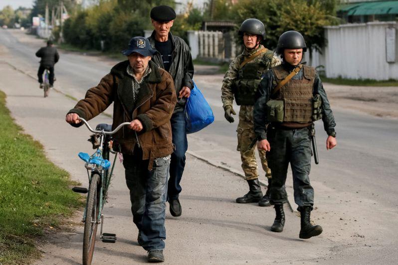 Местные жители и военные в селе Калиновка.
