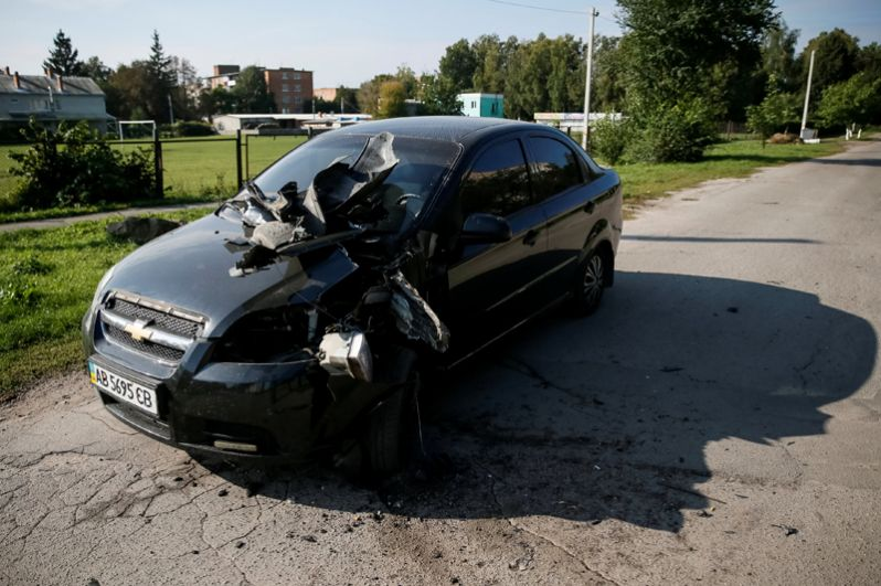 Повреждённый в результате взрывов автомобиль в селе Калиновка.