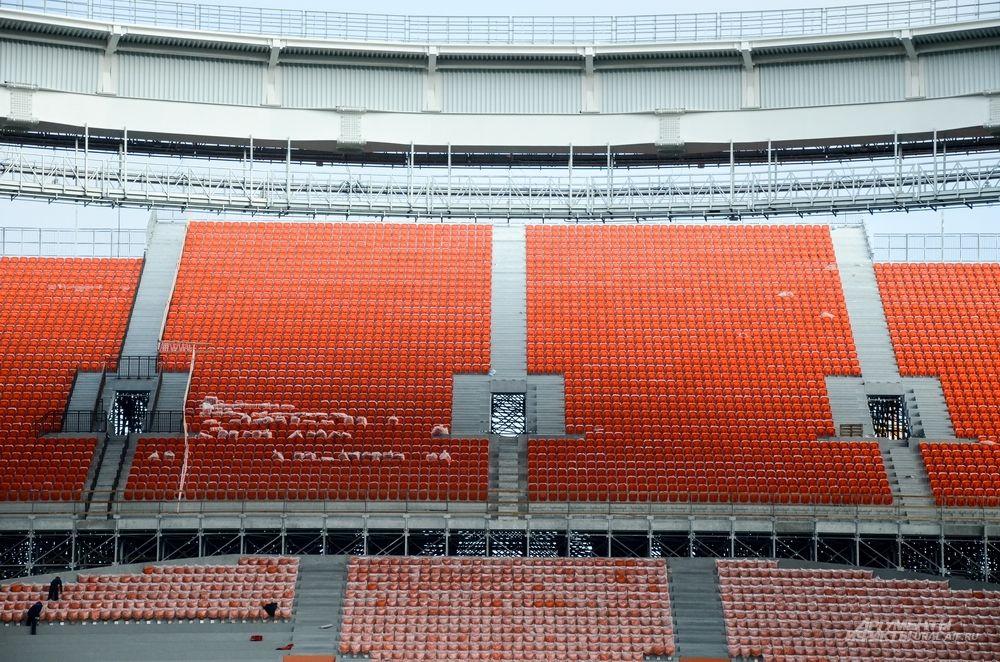 Одна из полностью готовых передвижных трибун, где полностью установлены зрительские кресла.