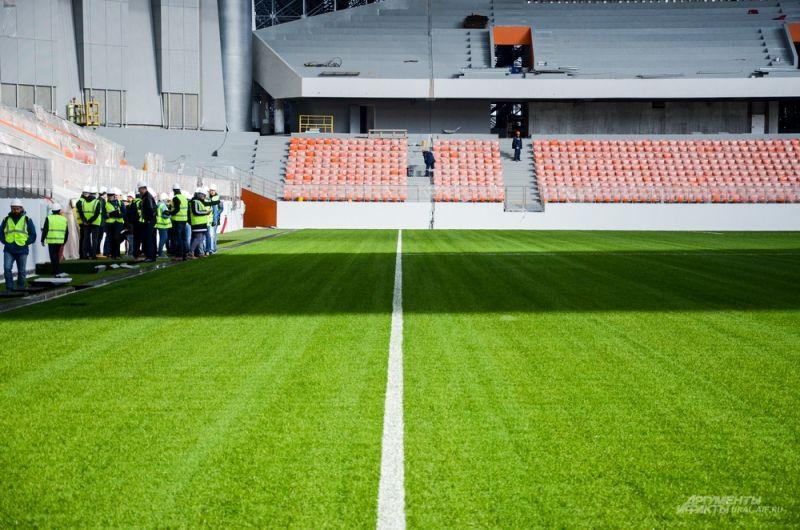 Сейчас по периметру арены ведется строительство пешеходных покрытий и озеленение.