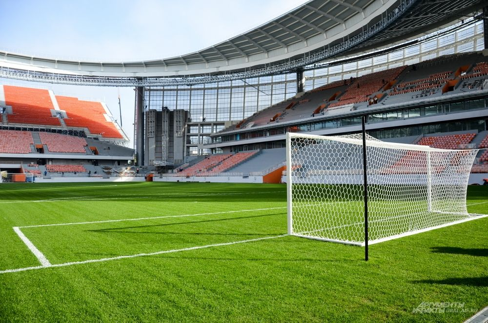 В прошлый раз, когда приглашали СМИ, на футбольном поле отсутствовали ворота. Сейчас все исправлено.