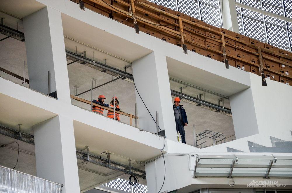 В подтрибунных помещениях установлено 26 пассажирских лифтов.