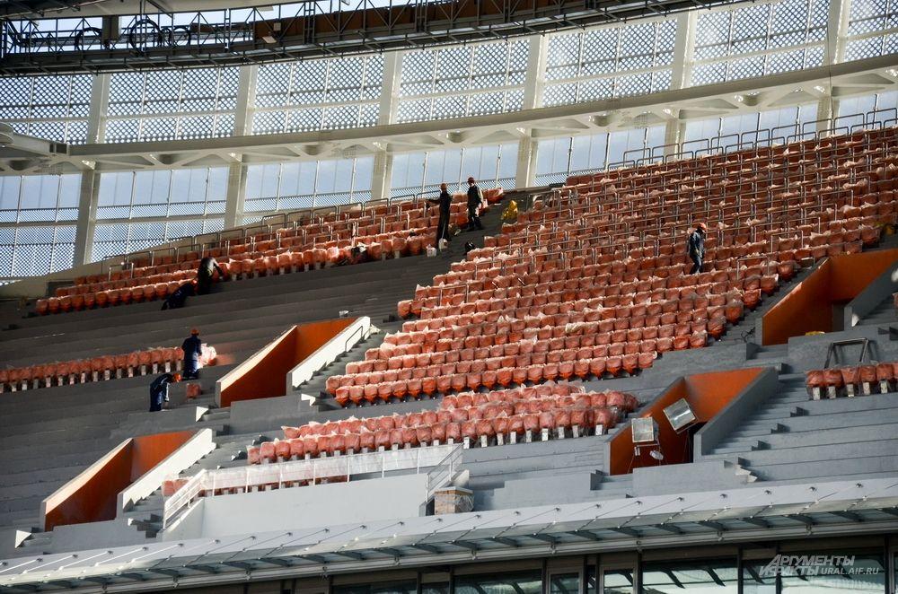 Установлено 14 000 зрительских кресел.