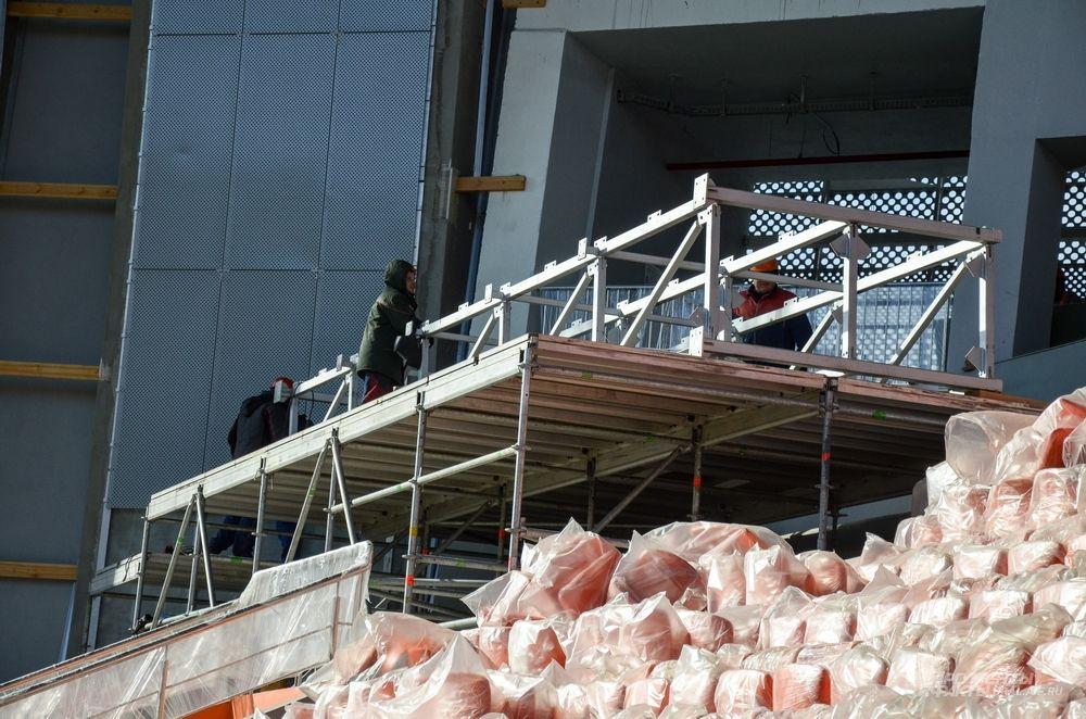 На стадионе монтируются антивандальные пластиковые эргономичные сидения разных категорий.