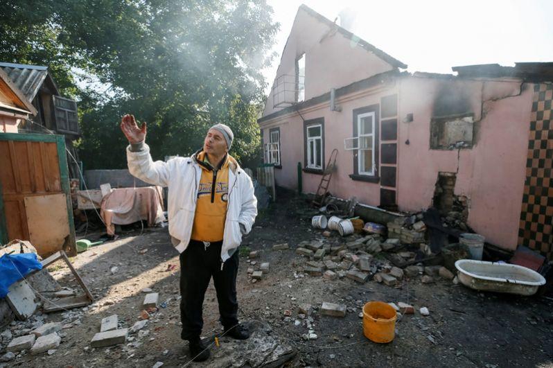 Местный житель в Калиновке около своего дома.