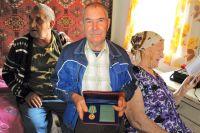 Тамара Захарова, Вистор Грачев (слева) и Александр Гальцев ( в центре) в один голос уверяют, что не покинут свои родные деревни.