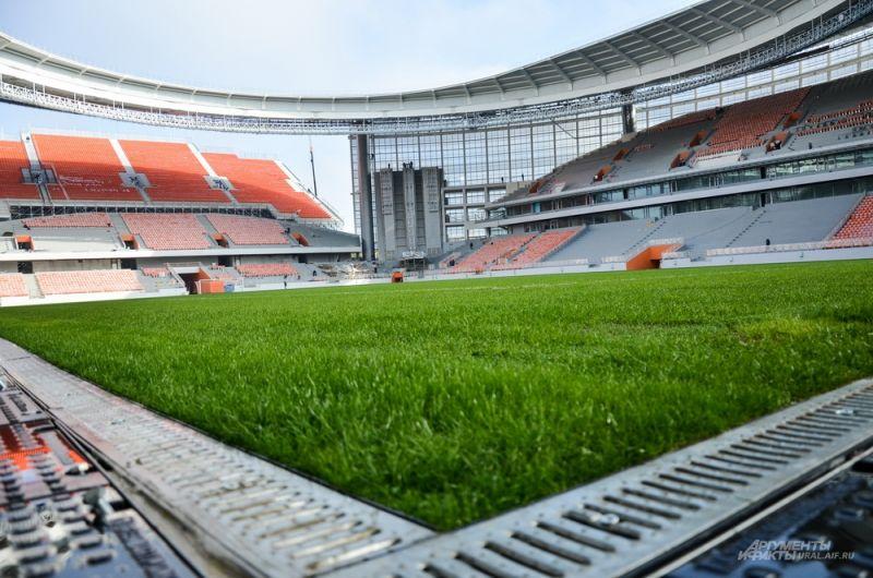 Газон на футбольном поле полностью постелен, и вход на него сейчас запрещен.