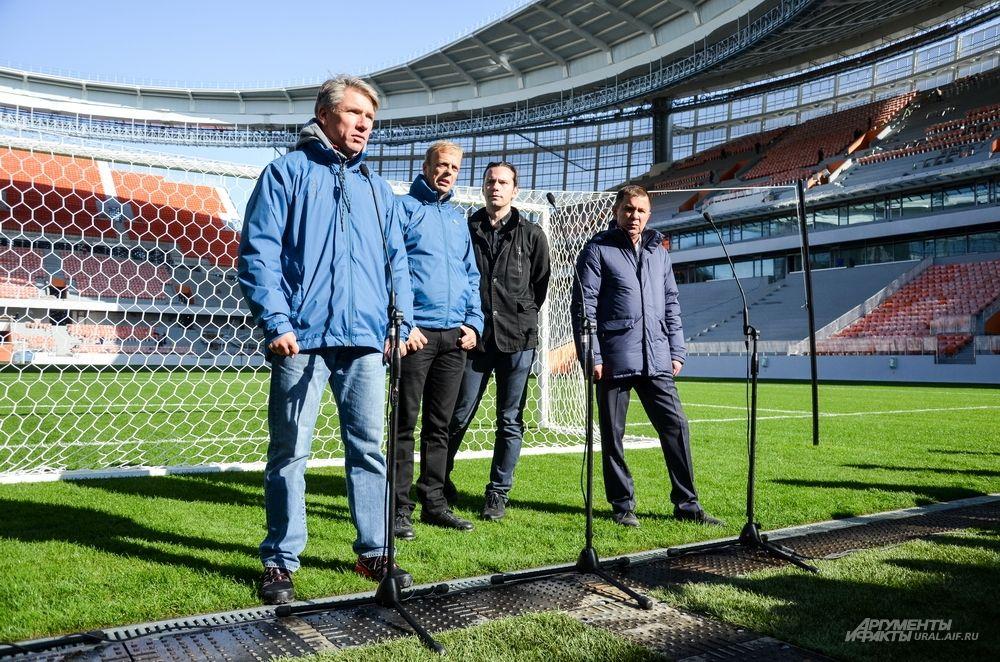 Директор оргкомитета «Россия - 2018»Алексей Сорокин (на переднем плане) и директор департамента FIFA  по проведению соревнований и мероприятий Колин Смит (рядом).