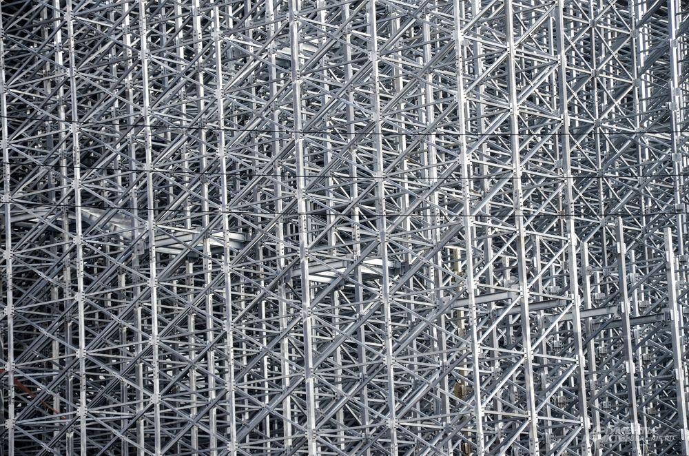 «Екатеринбург Арена» готова на 90% и должна быть сдана к концу этого года. На фото – элементы конструкции одной из передвижных трибун.