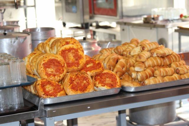 Более 40 учеников отравились в школе №21 Волгодонска, поев сосисок в тесте и пиццу.
