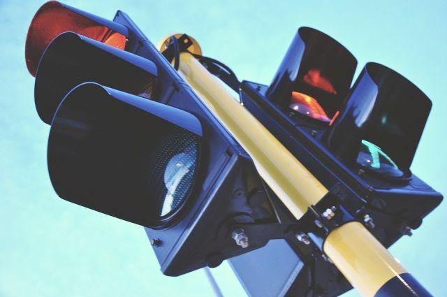 ВКрасноярске упавший светофор чуть нераздавил пешеходов