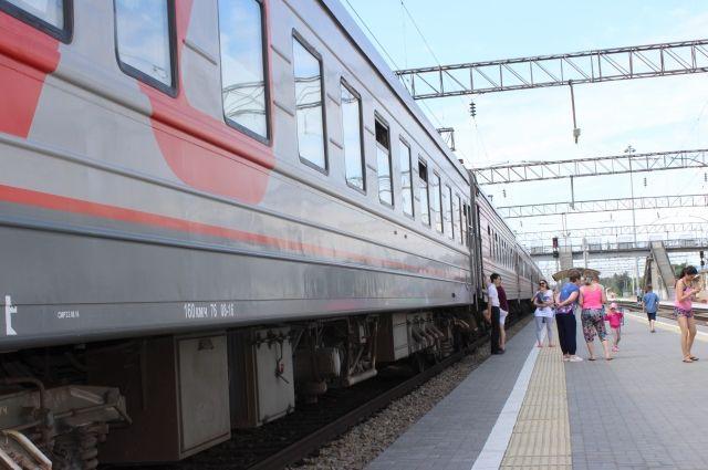 В Екатеринбурге детей сняли с поезда и увезли в больницу.
