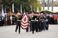 Перед началом фестиваля участники возложили цветы к памятнику «Героям фронта и тыла».