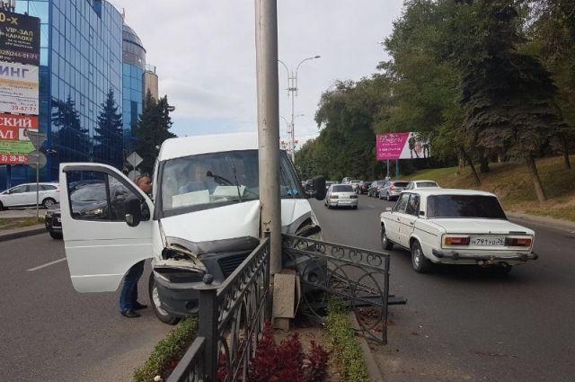 Маршрутка влетела вфонарный столб: пострадали пятигорчане