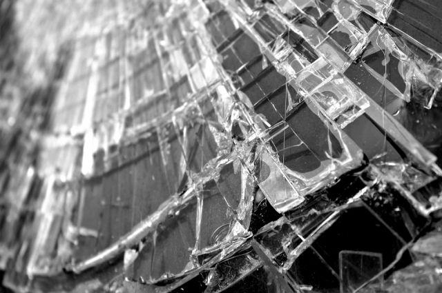 Убегая, грабитель разбил стекло в двери магазина.