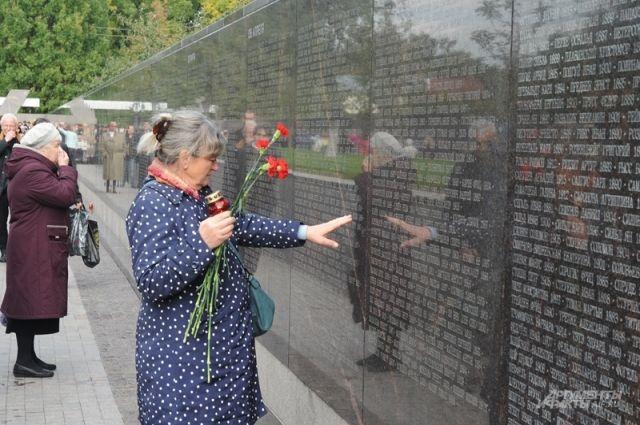 На Бутовском полигоне открыли мемориал, посвященный жертвам политрепрессий  | История | Общество | Аргументы и Факты