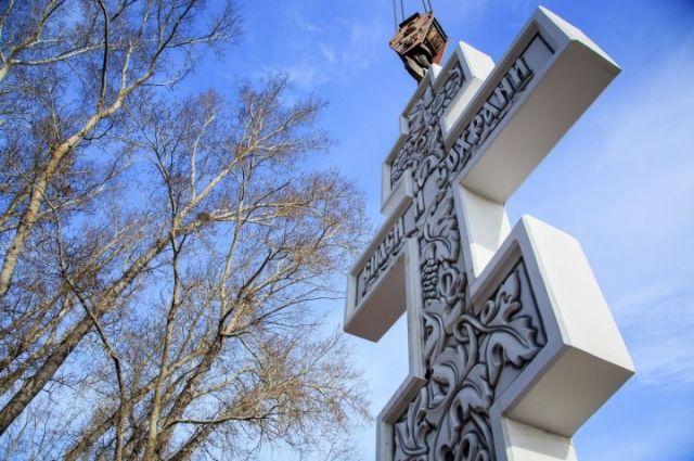 Митрополит Сергий совершил чин освящения новосооруженного креста.