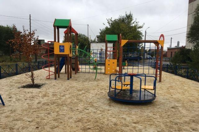 Чем больше двор, тем больше пожеланий: мамам с детьми нужны игровые площадки, автолюбителям - парковки, бабушкам - скамейки.